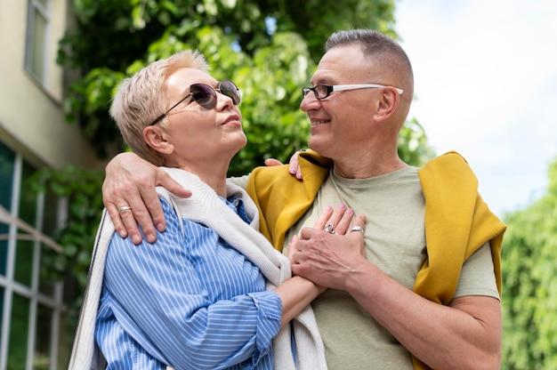 Красивая пара среднего возраста, свидание на открытом воздухе