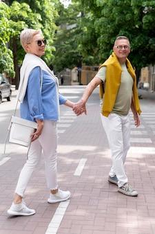 Bella coppia di mezza età che ha un appuntamento all'aperto