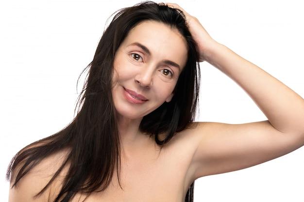 白い背景の上の美しい中年の女性