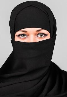 Niqab 전통 베일에 아름 다운 중동 여자입니다.