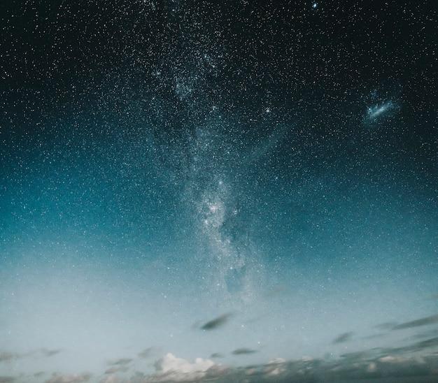 Bella via lattea nel cielo notturno