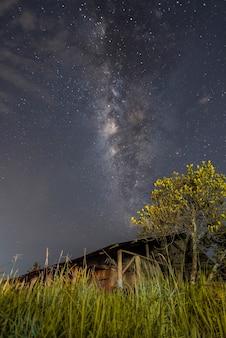 Красивый млечный путь над загородным домом ночью