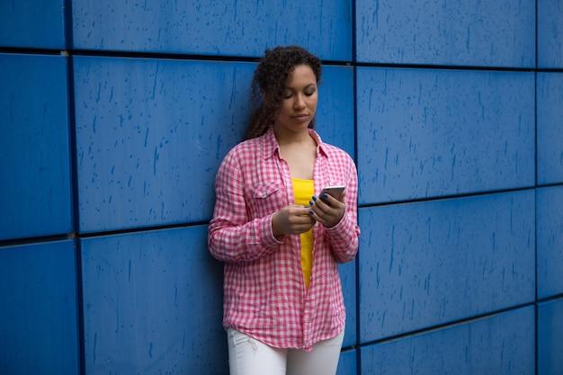 Красивая смешанная раса афро-американских подростков девушка женщина молодая женщина смотрит грустно в депрессии