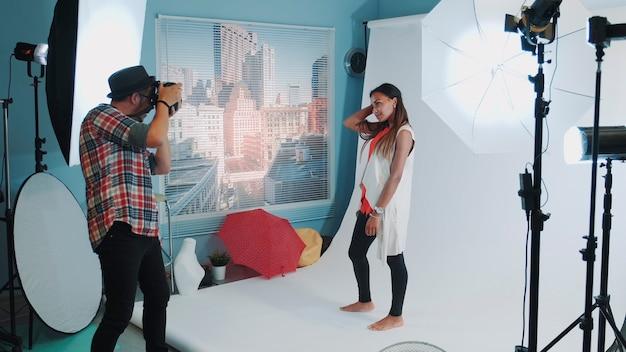 전문 스튜디오 사진 촬영에서 사진 작가를 위해 포즈를 취하는 아름다운 혼혈 소녀