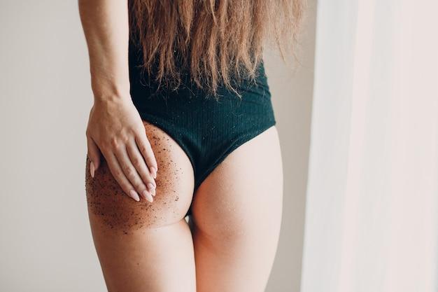 아름다운 모델 과 엉덩이 스크럽