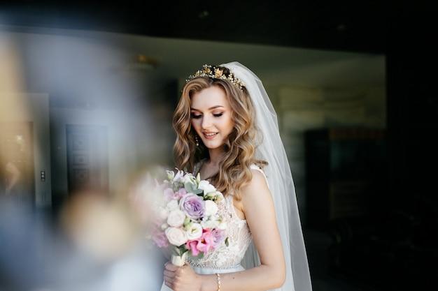 白いドレスで美しいモデルの女の子。訴訟の男性