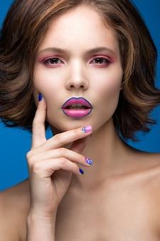 밝은 메이크업과 컬러 매니큐어와 아름다운 모델 소녀 프리미엄 사진