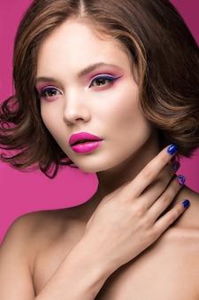 밝은 메이크업과 컬러 매니큐어와 아름다운 모델 소녀