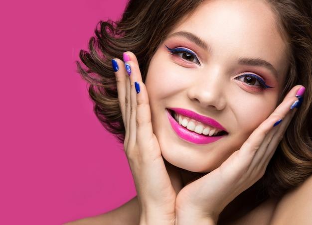 밝은 화장으로 아름 다운 모델 소녀