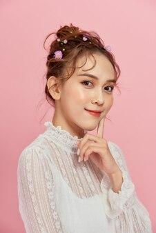エレガントな髪型の美しいモデルの女の子