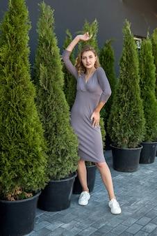 Красивая модель в сером платье на природе, летнее время