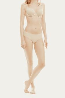 下着姿でポーズをとる美しいモデル