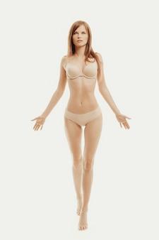 Bellissima modella in posa in biancheria intima