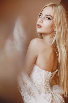 결혼 레이스 드레스에 신부 메이크업과 헤어 스타일을 가진 아름다운 모델.