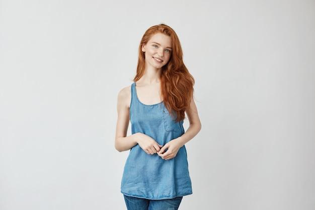 Bellissima modella con capelli sexy sorridenti
