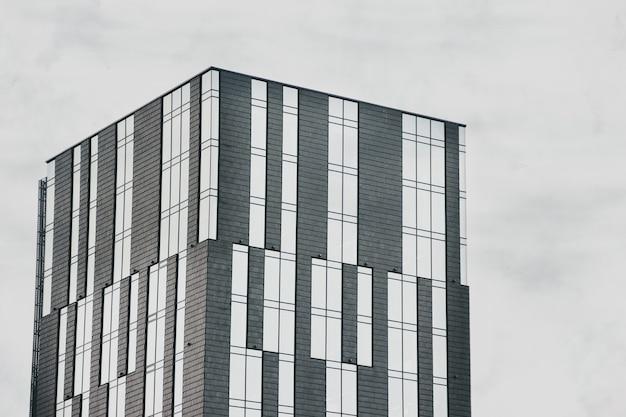 Красивое современное здание на фоне неба