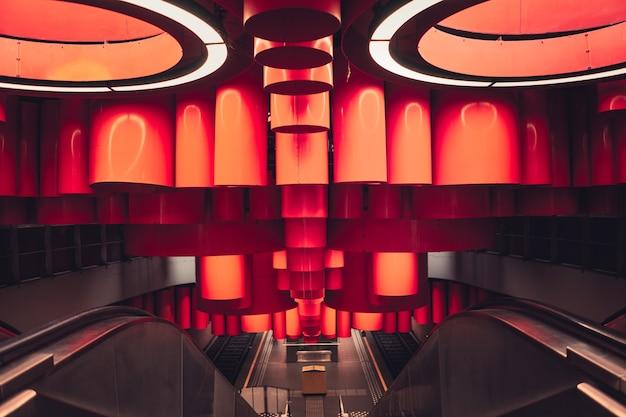 벨기에 브뤼셀의 에스컬레이터가 있는 건물 내부의 아름다운 현대적인 장식