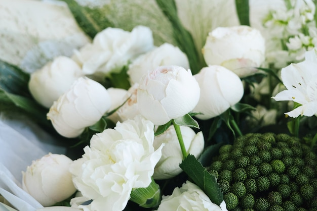 白いバラの美しいモダンなウェディングブーケ。フラワーショップと配達のコンセプト。ホリデープレゼント、母の日の側面図