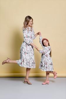 美しいママと娘のスタジオで踊る同一のドレス