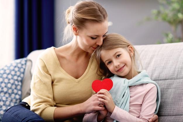 Красивая мама и ее дочь развлекаются дома