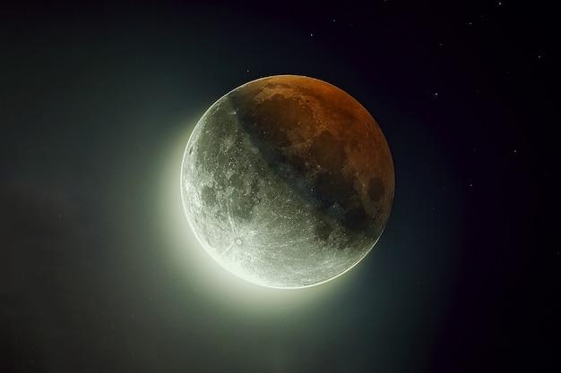 Красивая луна с отражением солнца элементы этого изображения предоставлены наса.