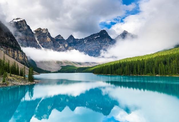 Красивое моренное озеро в национальном парке банф, альберта, канада