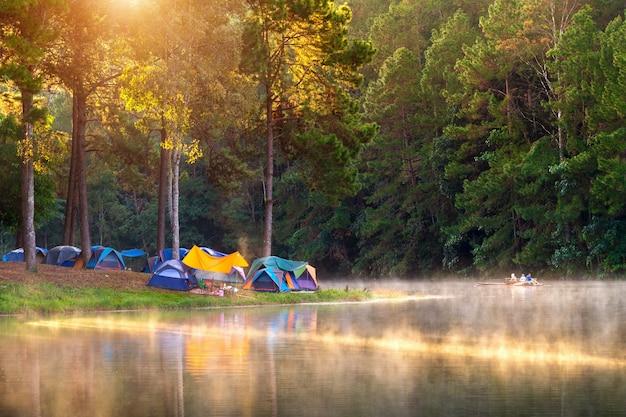 Прекрасное утро на озере панг унг, провинция панг унг мае хонг сон в таиланде. Бесплатные Фотографии