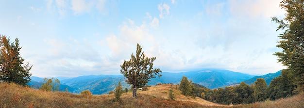 美しい朝の秋の山の国のパノラマ(カルパティア山脈、ウクライナ)。 6ショットステッチ画像。