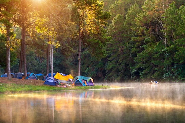 Bella mattina al lago pang ung, provincia di pang ung mae hong son in thailandia.