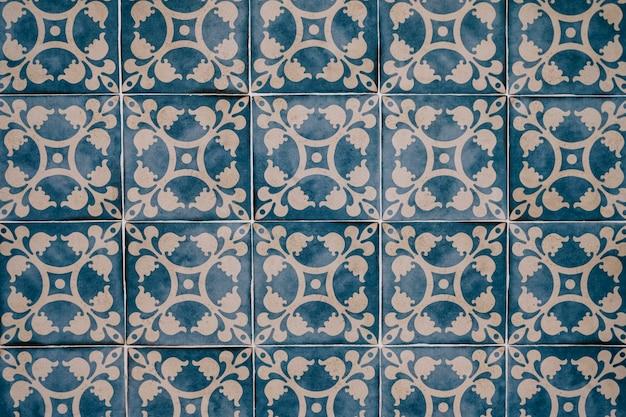 背景の美しいモロッコタイルの壁
