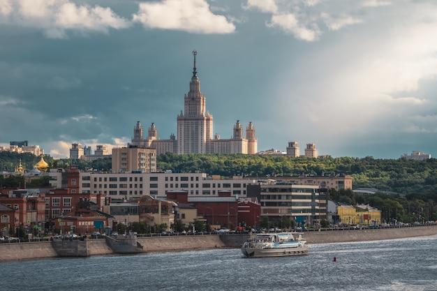Красивый московский вечерний городской пейзаж. московский государственный университет на зеленом холме в вечернем солнце.