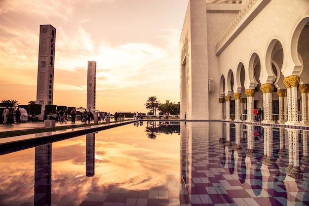 Красивая мечеть в абу-даби большая мечеть шейха зайда объединенные арабские эмираты