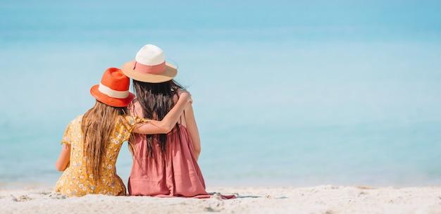 아름 다운 어머니와 딸이 해변에서