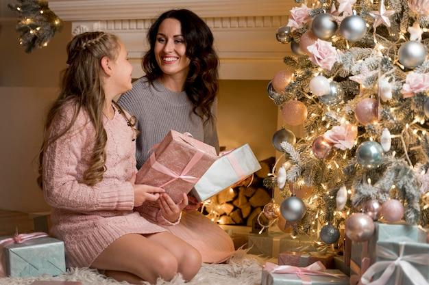 Красивая мать и дочь проводят время вместе