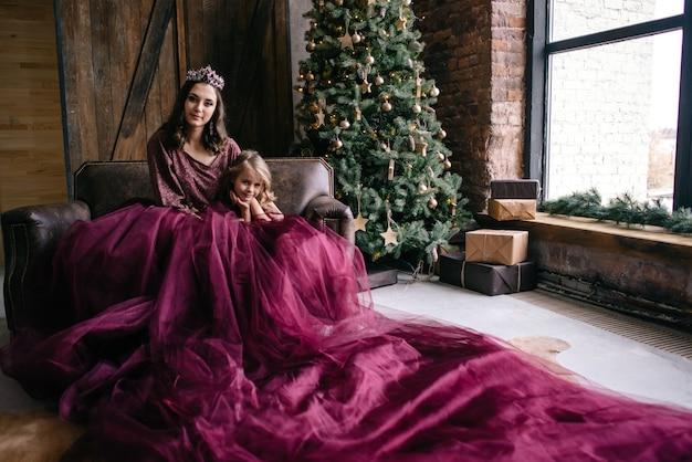 女王をイメージした美しい母と娘と