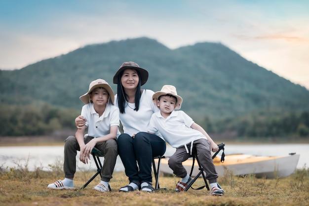 ピクニックやイースターの夏のパーティーで美しい母と息子