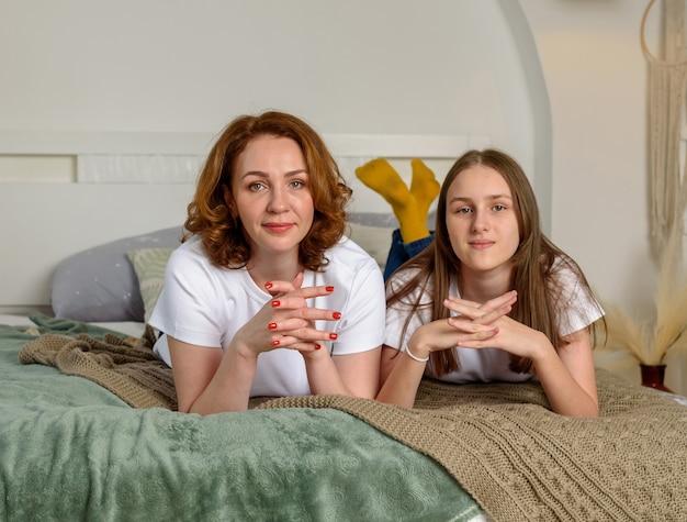아름 다운 어머니와 딸 미소와 집에서 포즈.