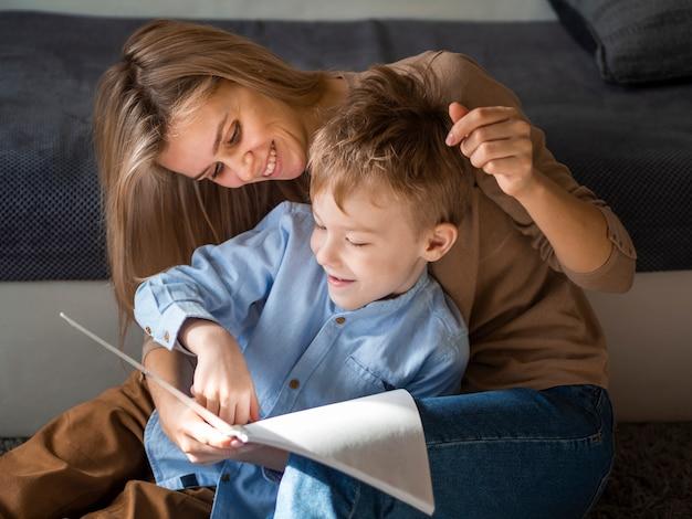 Красивая мама и молодой мальчик вместе