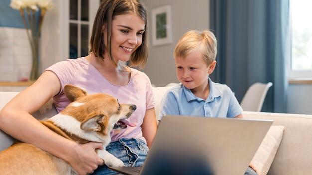Красивая мать наслаждается временем с сыном и собакой