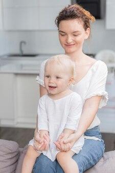 Красивая мама держит девочку