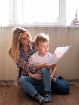 Красивая мама, держа ее маленького сына