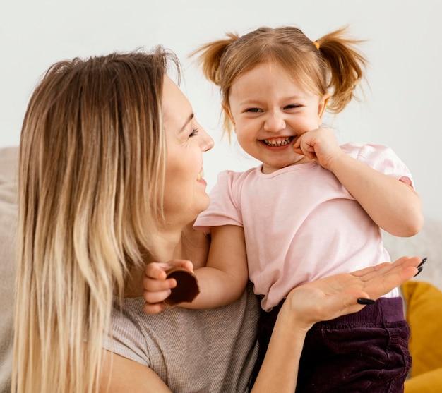 家で娘と一緒に時間を過ごす美しい母親
