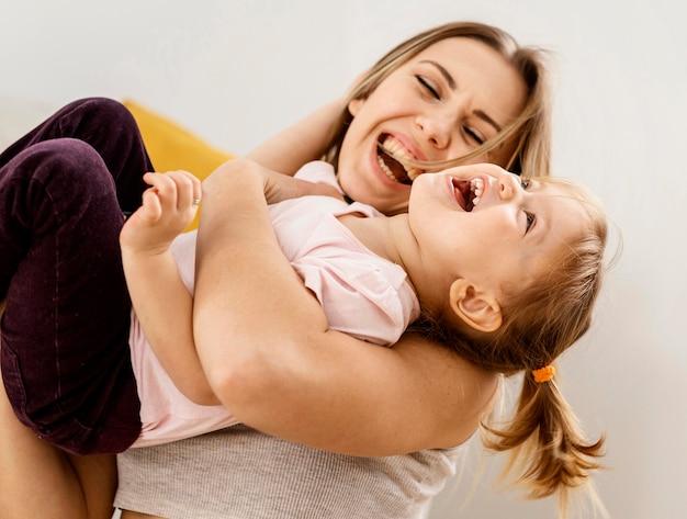 집에서 딸과 함께 시간을 보내는 아름다운 어머니