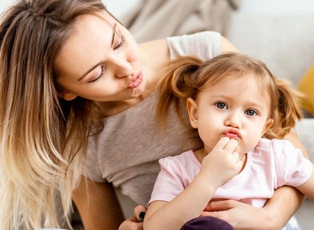 Bella madre che si prende cura di sua figlia