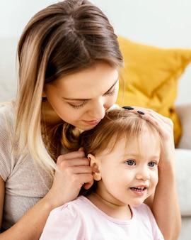 그녀의 딸을 돌보는 아름 다운 어머니