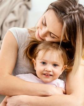 娘の世話をしている美しい母親