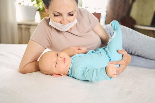 Красивая мама с маской с ребенком