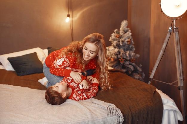 아이와 함께 아름 다운 어머니입니다.