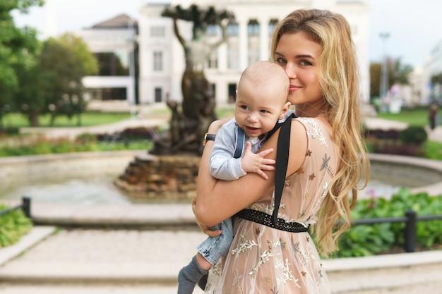 街の通りで彼女の赤ん坊の息子と美しい母親