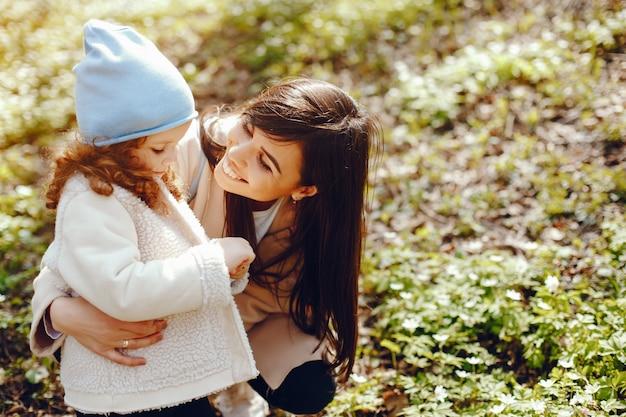 彼女の小さな娘と美しい母
